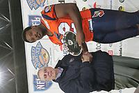NFL Europe Consultant John Beake gratuliert NFL Europe Defensive MVP Tony Brown (Defensive End Amsterdam Admirals)