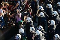 """GERMANY, Hamburg, protest rally """"WELCOME TO HELL"""" against G-20 summit in july 2017 / DEUTSCHLAND, Hamburg, Fischmarkt, Protest Demo WELCOME TO HELL gegen G20 Gipfel in Hamburg, Schaulustige, Polizei, Fotograf mit Plattenkamera und Punks"""