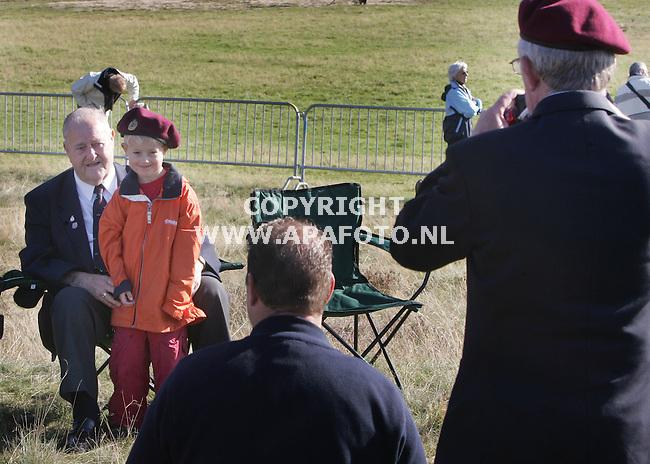 ede 170905 airborneherdenking Ginkelse heide.<br />De herdenking op de ginkelse heide is een groot feest voor veteranen,kinderen ouders. Iedereen fotografeert iedereen.<br />Foto frans ypma APA-foto
