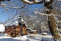 Gruetzmuehle in Hamburg Volksdorf im Winter: EUROPA, DEUTSCHLAND, HAMBURG, (EUROPE, GERMANY), 12.03.2013: Gruetzmuehle in Hamburg Volksdorf im Winter. Bei dem Bau handelt es sich um ein einfaches zweistoeckiges Fachwerkhaus mit der Grundfläche von 7,60 m x 6,90 m, das nur dem Mahlbetrieb diente. Im Erdgeschoss ist ein Pferdegoepel als Antrieb untergebracht, im Obergeschoss befinden sich zwei Mahlgaenge sowie die gesamte zum Muehlenbetrieb erforderliche Ausruestung: Waagen, Hohlmaße, Getreidereiniger. Das Gebaude steht jetzt im Freilichtmuseum Volksdor und stand in Hummelsbuettel.