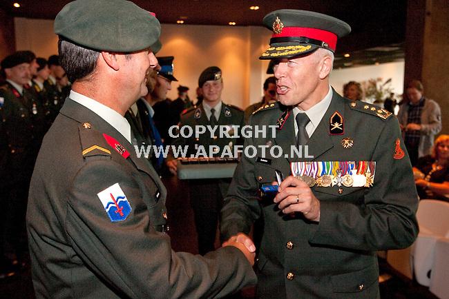 Ugchelen 160910 Generaal Bertole reikt de Uruzganherinnerings medailes uit.<br /> Foto Frans Ypma APA-foto