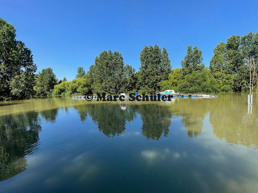 Überschwemmte Ufer und Bootsstege am Fuchsbau in Stockstadt - Gernsheim 18.07.2021: Hochwasser