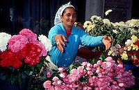 Bucarest / Romania 1990.Una fioraia di etnia rom nel centro di Bucarest..Foto Livio Senigalliesi..Bucarest / Romania 1990.A Roma woman sells flowers in the center of Bucharest..Photo Livio Senigalliesi.