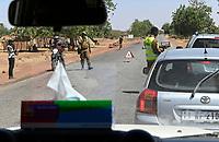 BURKINA FASO, police check post on road from Quaga to Kaya due to rising insecurity and terrorist attacks by islamist groups / BURKINA FASO, Polizeikontrolle Fahrt Ouaga nach Kaya, durch zunehmende islamistische Terrorattacken hat sich die Sicherheitslage verschlechtert