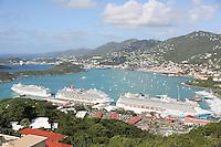 Blick vom Aussichtspunkt der Seilbahn des St. Thomas Skyride am Hafen von Charlotte Amalie in St. Thomas auf die Norwegian Gem, Carnival Valor und Norwegian Breakaway