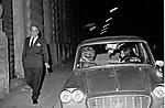 ARISTOTELE ONASSIS <br /> SEGUITO DA ALCUNE PROSTITUTE NEI PRESSI DEL GRAND HOTEL<br /> ROMA 1972
