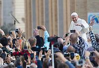 Papa Francesco saluta i fedeli al termine di una messa per la conclusione del Giubileo della Misericordia, in Piazza San Pietro, Citta' del Vaticano, 20 novembre 2016.<br /> Pope Francis waves to faithful at the end of a Mass for the conclusion of the Jubilee of Mercy, in St. Peter's Square at the Vatican, 20 November 2016.<br /> UPDATE IMAGES PRESS/Riccardo De Luca<br /> <br /> STRICTLY ONLY FOR EDITORIAL USE
