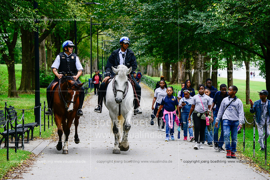 USA, Washington, West Potomic Park, afro-american children and US park police patrol on horse