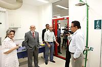 O governador Simão Jatene visitou na manhã desta segunda-feira (21), o Instituto Evandro Chagas, em Ananindeua, onde foi recebido pela diretora Elizabeth Santos.<br /> Na foto o governador Simão Jatene (c), Elizabeth Santos, diretora do Instituto (e) e Carlos Faro, diretor do Centro de Primatas (d).<br /> <br /> FOTO: CRISTINO MARTINS/AG. PARÁ<br /> DATA: 21-02-2011<br /> ANANINDEUA-PARÁ