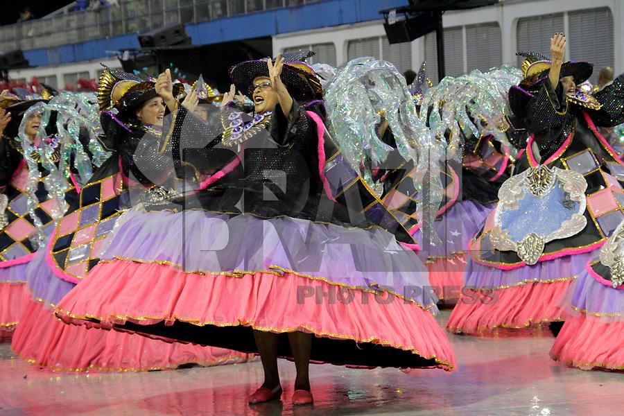SÃO PAULO, SP, 07 DE MARÇO DE 2011 - CARNAVAL 2011 /DRAGÕES DA REAL - integrantes da Dragões da Real durante desfile da escola no Grupo de acesso de São Paulo, no Sambódromo do Anhembi, zona norte da capital paulista, na madrugada desta segunda. (07). (FOTO:ALE VIANNA / NEWS FREE)