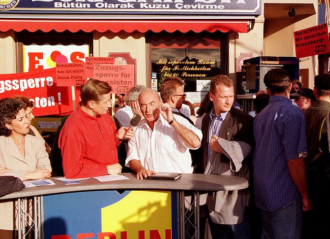 Der Sender Freies Berlin (SFB) lud feur seine nachmittaegliche Live-Talkshow -Berlin-Live- den umstrittenen Innensenator Joerg Schoenbohm (CDU) ein. Schoenbohm war in den Tagen zuvor durch Forderung nach -Austrocknung der Auslaenderghettos- in der Oeffentlichkeit scharf kritisiert worden. Die Sendung wurde im Bezirk Neukoelln auf dem sogenannten Tuerkenmarkt aufezeichnet.<br /> Hier: Joerg Schoenbohm, mit weißem Hemd rechts neben dem Moderator Ulli Zelle.<br /> 9.6.1998, Berlin<br /> Copyright: Christian-Ditsch.de<br /> [Inhaltsveraendernde Manipulation des Fotos nur nach ausdruecklicher Genehmigung des Fotografen. Vereinbarungen ueber Abtretung von Persoenlichkeitsrechten/Model Release der abgebildeten Person/Personen liegen nicht vor. NO MODEL RELEASE! Nur fuer Redaktionelle Zwecke. Don't publish without copyright Christian-Ditsch.de, Veroeffentlichung nur mit Fotografennennung, sowie gegen Honorar, MwSt. und Beleg. Konto: I N G - D i B a, IBAN DE58500105175400192269, BIC INGDDEFFXXX, Kontakt: post@christian-ditsch.de<br /> Bei der Bearbeitung der Dateiinformationen darf die Urheberkennzeichnung in den EXIF- und  IPTC-Daten nicht entfernt werden, diese sind in digitalen Medien nach §95c UrhG rechtlich geschuetzt. Der Urhebervermerk wird gemaess §13 UrhG verlangt.]