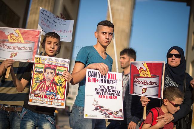 """Protest gegen den syrischen Diktator Bashar al-Assad.<br /> Am Freitag den 21. August 2015 protestierten mehrere hundert Menschen, die meissten Buergerkriegsfluechtlinge aus Syrien, gegen den fortdauernden Buergerkrieg in ihrem Herkunftsland. Sie gedachten annlaesslich des 2. Jahrestag der Opfer des Giftgas-Angriffs vom 21. August 2013 in Damaskus. Das Assad-Regime hatte ueber 1.600 Menschen mit dem Nervengift Sarin ermordet.<br /> Nach Angaben des deutschen Vertreters der """"Syrischen Nationalen Koalition"""", Dr Bassam Abdullah,  werden in Syrien weiterhin Menschen durch Giftgas durch die Regierungstruppen getoetet. Die Koalition ist ein Zusammenschluss von syrischen Muslimen, Christen, Assyrern und Kurden.<br /> Im Bild: Ein Demonstrant haelt ein Plakat auf dem das Verhalten der internationalen Gemeinschaft kritisiert wird, die zwar """"rote Linien"""" zieht, die aber keinerlei Konsequenzen fuer den Diktator haben - """"Can you kill 1500+ (People) in a day? Yes, is the world is busy just drawing Red Lines!!""""<br /> 21.8.2015, Berlin<br /> Copyright: Christian-Ditsch.de<br /> [Inhaltsveraendernde Manipulation des Fotos nur nach ausdruecklicher Genehmigung des Fotografen. Vereinbarungen ueber Abtretung von Persoenlichkeitsrechten/Model Release der abgebildeten Person/Personen liegen nicht vor. NO MODEL RELEASE! Nur fuer Redaktionelle Zwecke. Don't publish without copyright Christian-Ditsch.de, Veroeffentlichung nur mit Fotografennennung, sowie gegen Honorar, MwSt. und Beleg. Konto: I N G - D i B a, IBAN DE58500105175400192269, BIC INGDDEFFXXX, Kontakt: post@christian-ditsch.de<br /> Bei der Bearbeitung der Dateiinformationen darf die Urheberkennzeichnung in den EXIF- und  IPTC-Daten nicht entfernt werden, diese sind in digitalen Medien nach §95c UrhG rechtlich geschuetzt. Der Urhebervermerk wird gemaess §13 UrhG verlangt.]"""