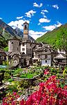 Schweiz, Tessin, Bergdorf Lavertezzo im Val Verzasca am Fluesschen Verzasca | Switzerland, Ticino, Lavertezzo at Verzasca Valley and river Verzasca