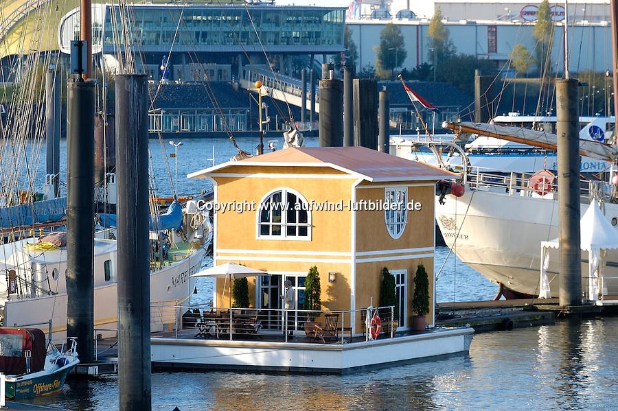 """Hausboot:DEUTSCHLAND, HAMBURG, 03.11.2005:  Hausboot , Hanseboot 2005, City Sporthafen.  Den Traum vom maritimen Wohnen auf dem Wasser bietet  die Firma Aqua Haus International mit einem neuen Entwurf eines """"floating house"""". ."""
