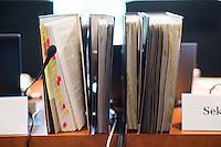 """Am Mittwoch den 11. Mai 2016 fand die 18. Sitzung des 2. NSU-Untersuchungsausschusses des Deutschen Bundestag statt. <br /> Als Zeugen waren gelanden: Kriminalhauptkommissar Mario Woetzel und der leitende Kriminaldirektor Michael Menzel.<br /> Kurz vor Sitzungsbeginn wurde dem Ausschuss durch die Bundesregierung mitgeteilt, dass (angeblich durch Zufall) ein Handy des V-Mannes """"Corelli"""" aufgetaucht sei. Das Handy wurde, nach Aussagen von Ausschussmitgliedern, schon 2015 gefunden, dies aber dem Ausschuss erst kurz vor der Sitzung am 11. Mai 2016 mitgeteilt. Es sollen sich ueber 200 Datensaetze mit Kontakten in die Naziszene in ganz Europa auf dem Handy befinden.<br /> Im Bild: Ausschussakten.<br /> 11.5.2016, Berlin<br /> Copyright: Christian-Ditsch.de<br /> [Inhaltsveraendernde Manipulation des Fotos nur nach ausdruecklicher Genehmigung des Fotografen. Vereinbarungen ueber Abtretung von Persoenlichkeitsrechten/Model Release der abgebildeten Person/Personen liegen nicht vor. NO MODEL RELEASE! Nur fuer Redaktionelle Zwecke. Don't publish without copyright Christian-Ditsch.de, Veroeffentlichung nur mit Fotografennennung, sowie gegen Honorar, MwSt. und Beleg. Konto: I N G - D i B a, IBAN DE58500105175400192269, BIC INGDDEFFXXX, Kontakt: post@christian-ditsch.de<br /> Bei der Bearbeitung der Dateiinformationen darf die Urheberkennzeichnung in den EXIF- und  IPTC-Daten nicht entfernt werden, diese sind in digitalen Medien nach §95c UrhG rechtlich geschuetzt. Der Urhebervermerk wird gemaess §13 UrhG verlangt.]"""