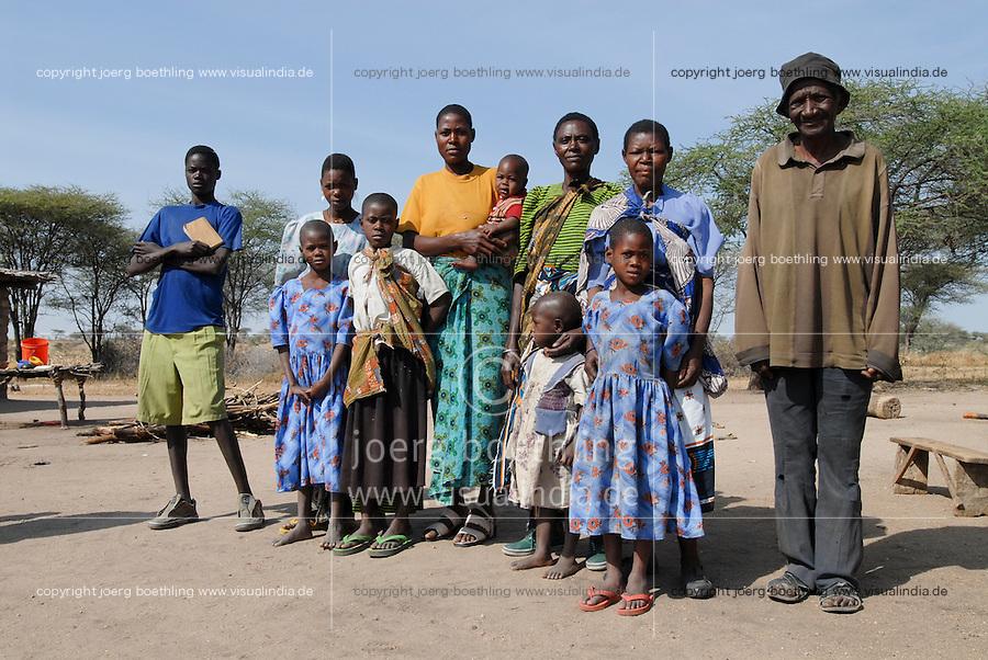 """Afrika Ostafrika Tanzania Tansania , Grossfamilie in einem Dorf in Meatu - Bevoelkerung xagndaz   .Africa east africa Tanzania , joint family in rural Meatu district - population .  [ copyright (c) Joerg Boethling / agenda , Veroeffentlichung nur gegen Honorar und Belegexemplar an / publication only with royalties and copy to:  agenda PG   Rothestr. 66   Germany D-22765 Hamburg   ph. ++49 40 391 907 14   e-mail: boethling@agenda-fototext.de   www.agenda-fototext.de   Bank: Hamburger Sparkasse  BLZ 200 505 50  Kto. 1281 120 178   IBAN: DE96 2005 0550 1281 1201 78   BIC: """"HASPDEHH"""" , Nutzung nur für redaktionelle Zwecke, bitte um Rücksprache bei Nutzung zu Werbezwecken! ] [#0,26,121#]"""