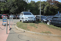 FOTO EMBARGADA PARA VEICULOS INTERNACIONAIS. GUARULHOS, SP, 08/09/2012, ESTACIONAMENTO CUMBICA. Vários veiculos foram vistos estacionados sobre locais proibidos dentro do estacionamento do Aeroporto Internacional de Cumbica. Luiz Guarnieri/ Brazil Photo Press
