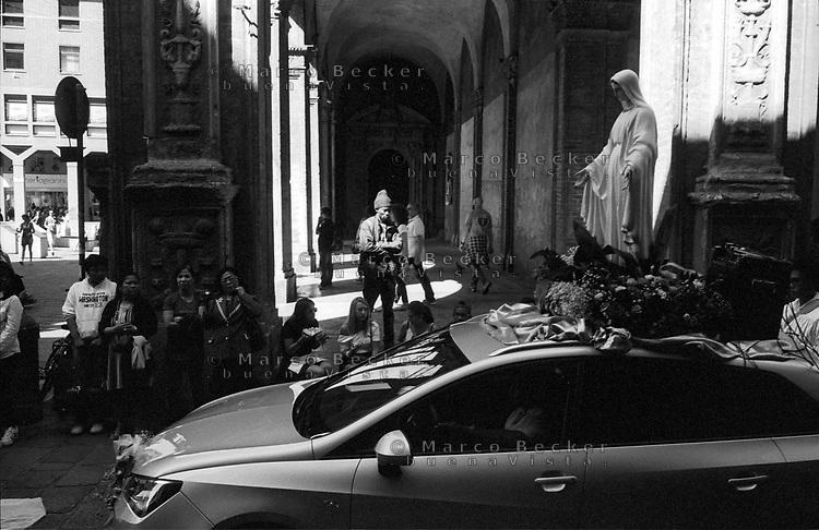 Bologna, processione religiosa. Statua di Madonna su macchina --- Bologna, religious procession. Madonna statue on car