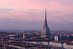 Italien, Piemont, Hauptstadt Turin: Uebersicht, Mole Antonelliana, Museo Nazionale del Cinema, Filmmuseum, schneebedeckte Alpen | Italy, Piedmont, capital Torino: overview, Mole Antonelliana, Museo Nazionale del Cinema, museum of cinematography, snow covered Alps