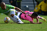 TUNJA -COLOMBIA-16-ABRIL-2016.Hebert Soto (Der.) de Boyacá Chico disputa el balón con Luis Payares (Izq.) de Bucaramanga  durante partido por la fecha 13 de Liga Águila I 2016 jugado en el estadio La Independencia./ Hebert Soto (R) of Boyacá Chico for the ball with Luis Payares (L) of Bucaramanga during the match for the date 13 of the Aguila League I 2016 played at La Independencia stadium in Tunja. Photo: VizzorImage / César Melgarejo  / Contribuidor
