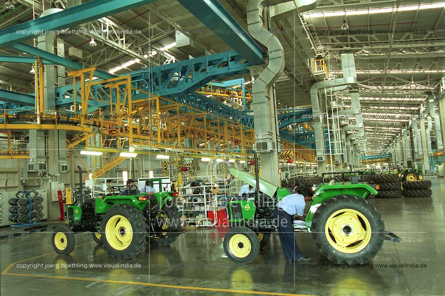 INDIA Pune, american company John Deere, tractor production for the indian market / INDIEN Pune, Landmaschinenhersteller John Deere, moderne Trakorenfabrik, Produktion von Traktoren fuer den indischen Markt