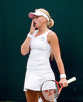 24-6-08, England, Wimbledon, Tennis,   Michaella Krajicek uit haar frustratie als ze in de eerste ronde verliest van haar dubbels partner   Erakovic
