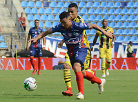 SANTA MARTA- COLOMBIA, 31-03-2019: Luis Carlos Arias  (Der.) jugador del Unión Magdalena  disputa el balón con Juan Rios  (Izq.) jugador de Alianza Petrolera  durante partido por fecha 12 de la Liga Águila I 2019 jugado en el estadio Sierra Nevada de la ciudad de Santa Marta. / Luis Carlos Arias  (R) player of Union Magdalena   fights for the ball with Juan Rios (L) player of Alianza Petrolera   during match for the date 12 as part of the  Aguila League  I 2019 played at the Sierra Nevada Stadium in Santa Marta  city. Photo: VizzorImage /Gustavo Pacheco / Contribuidor