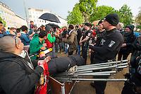 Fluechtlinge und Unterstuetzer versuchen ein Informationszelt auf dem Oranienplatz aufzubauen.<br /> Am Dienstag den 22. April 2014 versuchten Fluechtlinge und Unterstuetzer zum zweiten Mal ein zugesagtes Informationszelt auf dem Oranienplatz in Berlin-Kreuzberg aufzubauen. Sie hatten dafuer eine Sondernutzungsgenehmigung sowie ein Schreiben der Senatorin fuer Soziales und Integration, Dilek Kolat dabei. Die Polizei verhindetre dennoch den Aufbau, da sie der Meinung war, diese Genehmigung und das Senatosschreiben haetten keine Bedeutung fuer den Aufbau. Wenige Tage zuvor hatte die Polizei den Zeltaufbau mit der Begruendung verhindert, die Masse seien 1m zu gross.<br /> 22.4.2014, Berlin<br /> Copyright: Christian-Ditsch.de<br /> [Inhaltsveraendernde Manipulation des Fotos nur nach ausdruecklicher Genehmigung des Fotografen. Vereinbarungen ueber Abtretung von Persoenlichkeitsrechten/Model Release der abgebildeten Person/Personen liegen nicht vor. NO MODEL RELEASE! Don't publish without copyright Christian-Ditsch.de, Veroeffentlichung nur mit Fotografennennung, sowie gegen Honorar, MwSt. und Beleg. Konto:, I N G - D i B a, IBAN DE58500105175400192269, BIC INGDDEFFXXX, Kontakt: post@christian-ditsch.de<br /> Urhebervermerk wird gemaess Paragraph 13 UHG verlangt.]