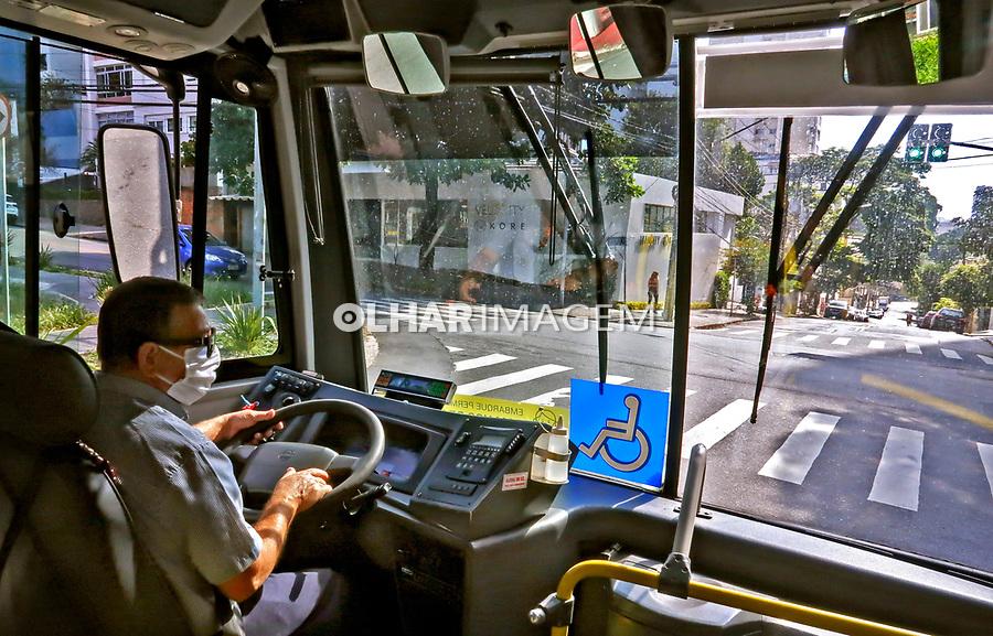 Trabalho de motorista de onibus. São Paulo. 2021 Foto de Juca Martins.