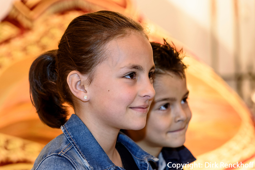 Besucher in der Kirche San Francisco der  Bruderschaft Paso Azul bei  der Semana Santa (Karwoche) in Lorca,  Provinz Murcia, Spanien, Europa