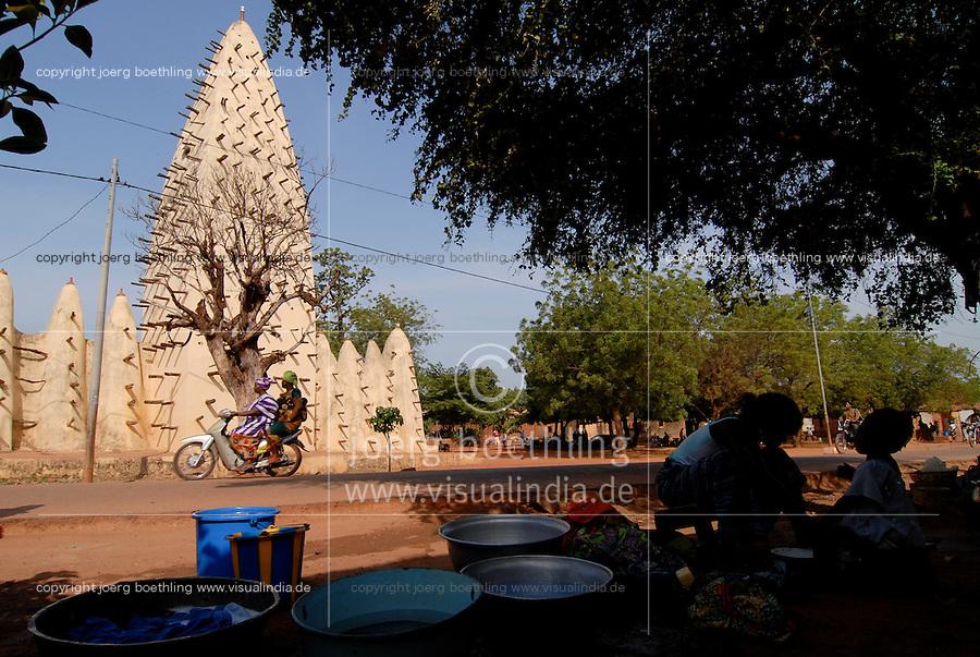 Burkina Faso Bobo-Dioulasso , Grosse Moschee, die 1880 im Stil der sudanischen Lehmarchitektur erbaut wurde / Burkina Faso Bobo-Dioulasso , grand mosque built 1880 in sudanese clay architecture style