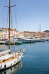 Frankreich, Provence-Alpes-Côte d'Azur, Saint-Tropez: Blick von der Prómenade du Môle Jean-Réveille ueber den Yachthafen| France, Provence-Alpes-Côte d'Azur, Saint-Tropez: marina