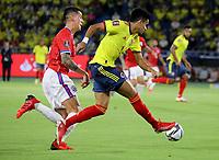 BARRANQUILLA – COLOMBIA, 09-09-2021: Luis Diaz de Colombia (COL) y Erick Pulgar de Chile (CHI) disputan el balon durante partido entre los seleccionados de Colombia (COL) y Chile (CHI), de la fecha 9 por la clasificatoria a la Copa Mundo FIFA Catar 2022, jugado en el estadio Metropolitano Roberto Melendez en la ciudad de Barranquilla. / Luis Diaz of Colombia (COL) and Erick Pulgar of Chile (CHI) vie for the ball during match between the teams of Colombia (COL) and Chile (CHI), of the 9th date for the FIFA World Cup Qatar 2022 Qualifier, played at Metropolitan stadium Roberto Melendez in Barranquilla city. Photo: VizzorImage / Jairo Cassiani / Cont.