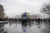 """Sogenannten """"Querdenker"""" sowie verschiedene rechte und rechtsextreme Gruppen hatten fuer den 18. November 2020 zu einer Blockade des Bundestag aufgerufen. Sie wollten damit verhindern, dass es """"eine Abstimmung ueber das Infektionsschutzgesetz"""" gibt - unabhaengig ob es diese Abstimmung tatsaechlich gibt.<br /> Bereits in den Morgenstunden versammelten sich ca. 2.000 Menschen, wurden durch Polizeiabsperrungen jedoch gehindert zum Reichstagsgebaeude zu kommen. Sie versammelten sich daraufhin u.a. vor dem Brandenburger Tor.<br /> Im Bild: Die Polizei setzt nach Aufloesung der Kundgebung und mehrfachen Flaschenwuerfen vor dem Brandenburger Tor Wasserwerfer ein.<br /> 18.11.2020, Berlin<br /> Copyright: Christian-Ditsch.de"""