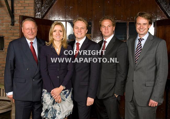 Heelsum 141010 Young Captain Award<br /> vlnr Peter Elverding, Veronique Pauwels, Hugo Verkuil, Steven van Nieuwenhuizen, Pim Berendsen<br /> <br /> Foto Frans Ypma APA-foto