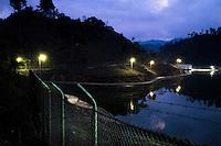 24 noviembre 2014.   <br /> La hidroeléctrica renace (Coban, Guatemala) ha instalado una valla que obliga a los vecinos a rodearla para llegar a sus casas.<br /> La llegada de algunas compañías extranjeras a América Latina ha provocado abusos a los derechos de las poblaciones indígenas y represión a su defensa del medio ambiente. En Santa Cruz de Barillas, Guatemala, el proyecto de la hidroeléctrica española Ecoener ha desatado crímenes, violentos disturbios, la declaración del estado de sitio por parte del ejército y la encarcelación de una decena de activistas contrarios a los planes de la empresa. Un grupo de indígenas mayas, en su mayoría mujeres, mantiene cortado un camino y ha instalado un campamento de resistencia para que las máquinas de la empresa no puedan entrar a trabajar. La persecución ha provocado además que algunos ecologistas, con órdenes de busca y captura, hayan tenido que esconderse durante meses en la selva guatemalteca.<br /> <br /> En Cobán, también en Guatemala, la hidroeléctrica Renace se ha instalado con amenazas a la población y falsas promesas de desarrollo para la zona. Como en Santa Cruz de Barillas, el proyecto ha dividido y provocado enfrentamientos entre la población. La empresa ha cortado el acceso al río para miles de personas y no ha respetado la estrecha relación de los indígenas mayas con la naturaleza. © Calamar2/Pedro ARMESTRE<br /> <br /> The hydroelectric Renace (Coban, Guatemala) has installed a fence to keep out the neighbors. People have to go around the fence to get to their homes, on november 24, 2014.<br /> The arrival of some foreign companies to Latin America has provoked abuses of the rights of indigenous peoples and repression of their defense of the environment. In Santa Cruz de Barillas, Guatemala, the project of the Spanish hydroelectric Ecoener has caused murders, violent riots, the declaration of a state of siege by the army and the imprisonment of a dozen activists opposed to the project . <br /> A group of M