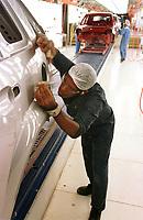 Linha de Polimento e Acabamento na  Fábrica da Ford instalada no polo industrial do município de Camaçarí na Bahia. Operários examinam cuidadosamente o acabamento de lataria<br />Foto Paulo Santos/Interfoto<br />09/06/2003<br />Camaçarí Bahia Brasil