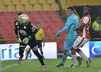 BOGOTÁ -COLOMBIA, 07-11-2015. Leandro Castellanos (Izq) arquero y Yair Arrechea (Der) de Independiente Santa Fe disputan el balón con Jefferson Duque (C) jugador de Atlético Nacional durante partido por la fecha 19 de la Liga Aguila II 2015 jugado en el estadio Nemesio Camacho El Campín de la ciudad de Bogotá./ Leandro Castellanos (L) goalkeeper and Yair Arrechea (R) of Independiente Santa Fe fight for the ball with Jefferson Duque (C) player of Atletico Nacional during the match for the date 19 of the Aguila League II 2015 played at Nemesio Camacho El Campin stadium in Bogotá city. Photo: VizzorImage/ Gabriel Aponte / Staff