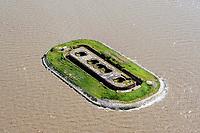 Insel Langlütjen II künstlich mit Sand aufgeschüttet. Die Insel ist ohne Verbindung zum Festland und nur mit dem Boot oder bei Niedrigwasser zu Fuß zu erreichen. Sie hat eine ovale Form mit einer Länge von etwa 200 m und einer Höhe von 10 m ü. NN. Darauf wurde ein Fort als rechteckiger Kasemattenbau aus Ziegelmauerwerk mit abgerundeten Ecken errichtet. Die Kasematten haben gewölbte Decken und sind beschusssicher ausgebaut. Das Fort wird von einem 8 m tiefen Graben geschützt. Es konnte 1880 in Betrieb genommen werden und war für 100 Mann Besatzung vorgesehen, die hier bis zu vier Monate autark leben konnten. Die Bewaffnung im Ersten Weltkrieg bestand aus fünf drehbaren Panzertürmen mit 28-cm-Kanonen sowie zwei separaten 15-cm-Geschützen. Obwohl der Feind erwartet wurde, kam es zu keinerlei Kampfhandlungen. Nach dem Ersten Weltkrieg wurden die militärischen Installationen des Forts von den Siegermächten demontiert. Im Zweiten Weltkrieg trug die Befestigungsanlage 2-cm-Flugabwehrgeschütze und Suchscheinwerfer.