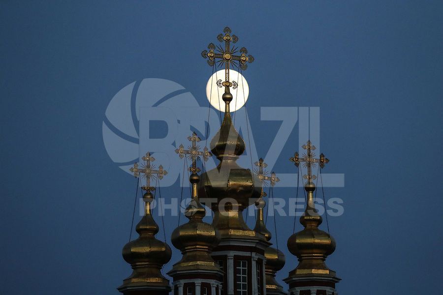 MOSCOU, RUSSIA, 26.06.2018 - LUA-CHEIA - Lua cheia é vista em Moscou na Russia na noite desta terça-feira, 26. (Foto: William Volcov/Brazil Photo Press)