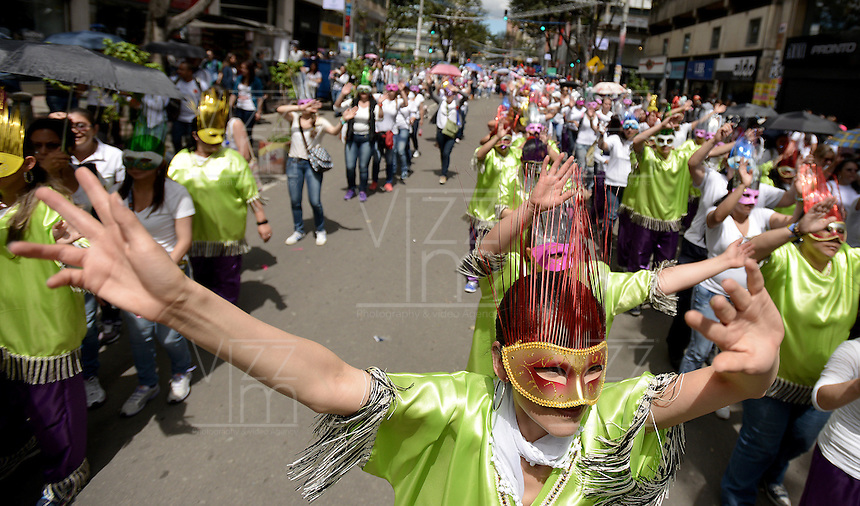 BOGOTÁ -COLOMBIA. 22-11-2013. La Marcha por la Paz y la Democracia se cumplió por las calles de la ciudad de Bogotá y es una iniciativa del movimiento Mujeres por la Paz. En la imagen una comparsa del barrio Tunjuelito de Bogotá./  The March for the Peace and Democracy was made on the streets of Bogota and is an initiative of the Women for the Peace movement. In the image a parade of Tunjuelito neighborhood in Bogota. Photo: VizzorImage/Gabriel Aponte/ Str