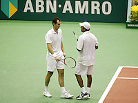 24-2-06, Netherlands, tennis, Rotterdam, ABNAMROWTT, Bhupathi and Moodie discussing their next move in the doubbles against Erlich and Ram