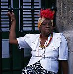 Cuba, Havana: Cigar-smoking Woman | Kuba, Havana: Einheimische mit Kopfschmuck und Zigarre