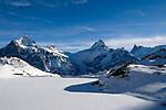 CHE, Schweiz, Kanton Bern, Berner Oberland, Grindelwald: der zugefrorene Bachalpsee (2.265 m) mit den Gipfeln Wetterhorn (3.701 m), Schreckhorn (4.078 m) und Finsteraarhorn (4.274 m), dem hoechsten Berg der Berner Alpen   CHE, Switzerland, Bern Canton, Bernese Oberland, Grindelwald: frozen Bachalpsee (2.265 m) w. Wetterhorn (3.701 m), Schreckhorn (4.078 m) and Finsteraarhorn (4.274 m)