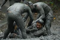 vMilhares de moradores entram no mangue e começam a se sujar de lama antes de tomar as ruas da cidade em um carnaval ecológico. A idéia que iniciou há 20 anos atrás quando alguns moradores perceberam que as espécimes do manguezal estavam desaparecendo.<br /> 22/02/2009.<br /> Curuçá, Pará, Brasil.<br /> Foto Paulo Santos