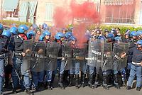 - police in Public Order service, throwing of a smoke bomb by protesters....- Polizia in servizio di Ordine Pubblico, lancio di un fumogeno da parte dei dimostranti