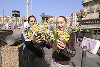 - Marsiglia, mercato rionale di piazza Castellane, ragazze zingare vendono fiori<br />