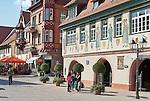 Germany, Baden-Wurttemberg, Black Forest, Haslach: Market Square at centre with townhall | Deutschland, Baden-Wuerttemberg, Schwarzwald, Haslach im Ortenaukreis: Marktplatz im Stadtzentrum mit Rathaus