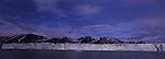 Le bateau frole les murailles de glace du glacier de Monaco qui depasse les trente metres de hauteur.