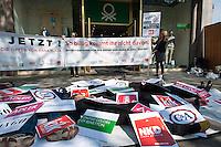 """Anlaesslich des Jahrestages des Fabrikeinsturzes einer Textilfabrik in Rana Plaza in Bangladesch fordert die """"Kampagne fuer Saubere Kleidung"""" und die """"Kampagne Eigentum verpflichtet"""" im Verbund mit anderen Organisationen und er Gewerkschaft ver.di die verantwortlichen Textilfirmen auf, endlich substantielle Beitraege in den von der internationalen Arbeitsorganisation ILO kontrollierten Entschädigungsfonds für die Opfer des Ungluecks einzuzahlen.<br /> Mitglieder der Kampagne legten sich am Mittwoch den 23. April 2014 unter dem Motto """"So billig kommt ihr nicht davon"""" in Berlin auf dem Kurfuerstendamm vor eine Filiale der Firma Benneton. Sie waren bedeckt mit Pappschildern, die die Truemmer der Textilfabrik in Rana Plaza symbolisieren. Auf den Pappschildern waren die Logos von Unternehmen zu sehen, die in Rana Plaza produzieren liessen: KiK, NKD, Gueldenpfennig, KANZ/ Kids Fashion Group, Adler Modemaerkte, C&A, Mango und Benetton.<br /> Bei dem Unglueck in Rana Plaza waren 2013 hunderte Arbeiterinnen in der zusammengestuertzen Fabrik ums Leben gekommen.<br /> 23.4.2014, Berlin<br /> Copyright: Christian-Ditsch.de<br /> [Inhaltsveraendernde Manipulation des Fotos nur nach ausdruecklicher Genehmigung des Fotografen. Vereinbarungen ueber Abtretung von Persoenlichkeitsrechten/Model Release der abgebildeten Person/Personen liegen nicht vor. NO MODEL RELEASE! Don't publish without copyright Christian-Ditsch.de, Veroeffentlichung nur mit Fotografennennung, sowie gegen Honorar, MwSt. und Beleg. Konto:, I N G - D i B a, IBAN DE58500105175400192269, BIC INGDDEFFXXX, Kontakt: post@christian-ditsch.de<br /> Urhebervermerk wird gemaess Paragraph 13 UHG verlangt.]"""